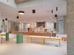 Eerste schooldag van minister Guy Vanhengel startte in de eerste Tienerschool van Brussel.